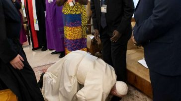Amid Coup In Sudan, Pope Francis Kisses Feet Of South Sudan's Rival Leaders For 'Peace' [Photos/Video] 3