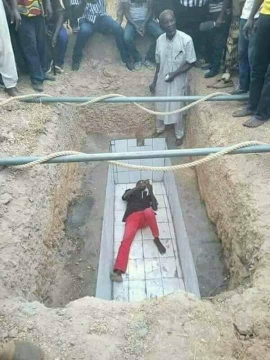 Man Lies Inside A Grave He Dug Over Incomplete Payment By Family Of Deceased [Photos] 1