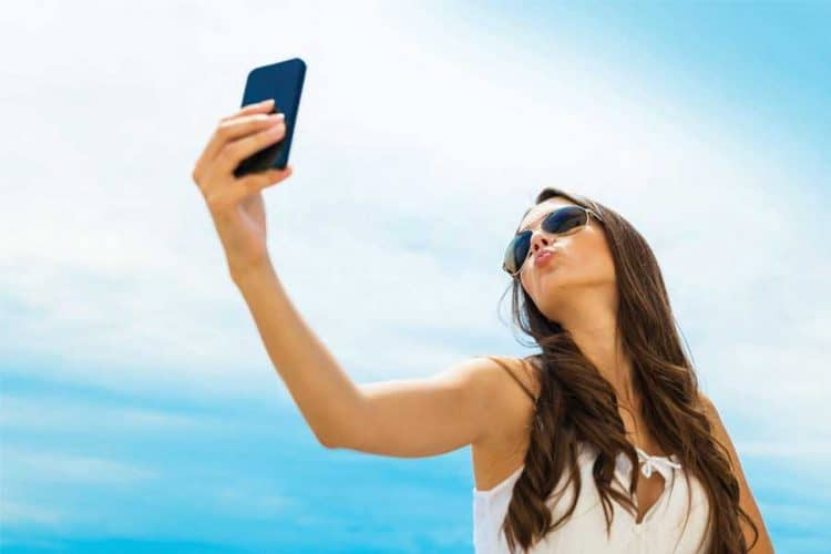Selfies Lovers: Flashes From Smartphone Causes Wrinkles, Early Ageing - Scientists Warns 1