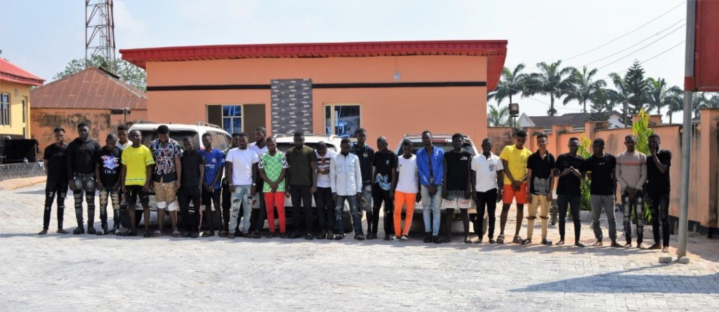 EFCC Storms Yahoo-Boys Den In Lagos, Arrest Kingpin And 26 Other Suspects [Photos] 2