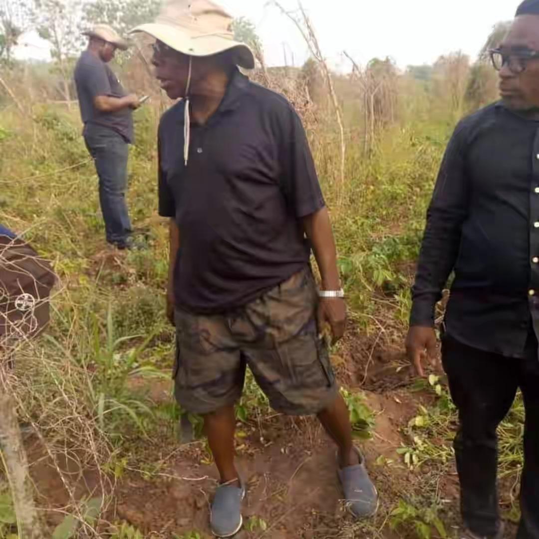 Former President, Olusegun Obasanjo Spotted Harvesting Yam In His Farm In Ogun [Photos] 2