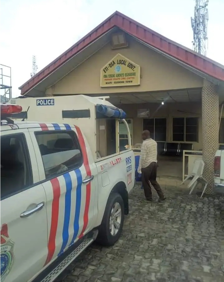 Nigerian Police Rescues Homeless Mother Of Four Who Gave Birth On Lagos Road [Photos] 2