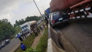 One Dead, Many Injured As Trailer Loses Control And Rams Into Multiple Vehicle At Otedola Bridge 6