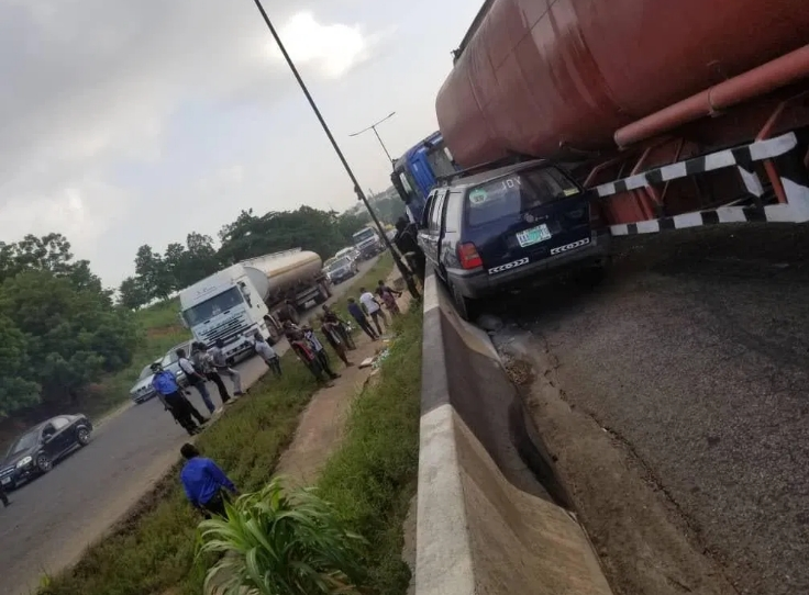 One Dead, Many Injured As Trailer Loses Control And Rams Into Multiple Vehicle At Otedola Bridge 1