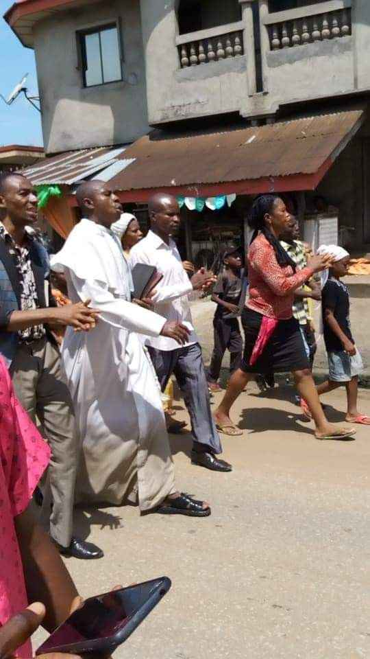 Reverend Father David Okechukwu Leads Residents To Protest Over Bad Roads In Abia [Photos] 1