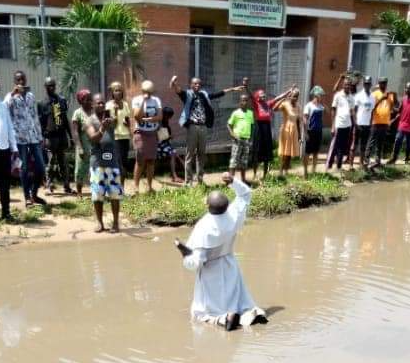 Reverend Father David Okechukwu Leads Residents To Protest Over Bad Roads In Abia [Photos] 2