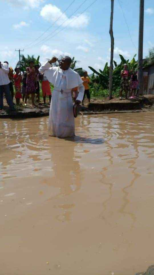 Reverend Father David Okechukwu Leads Residents To Protest Over Bad Roads In Abia [Photos] 4