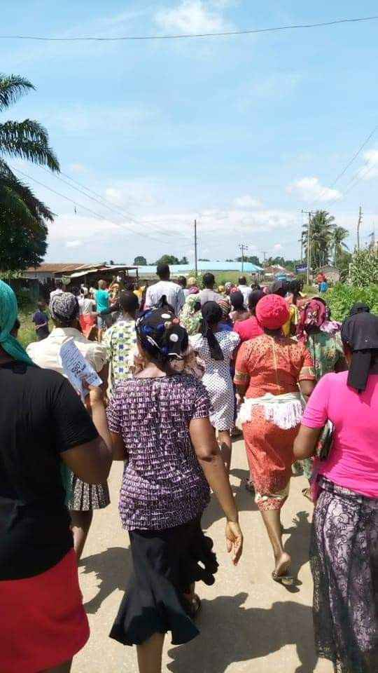 Reverend Father David Okechukwu Leads Residents To Protest Over Bad Roads In Abia [Photos] 6