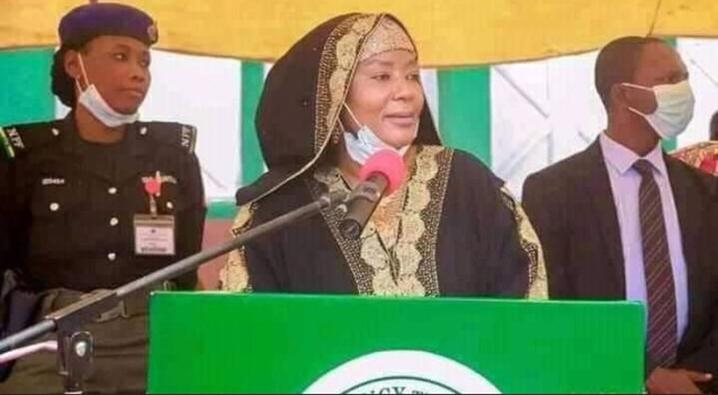 Bauchi First Lady Empowers Women With Bags Of Sachet Water As Business Start-Ups [Photos] 1