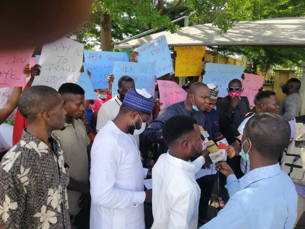 Protesters Storm US Embassy, Demands Probe Of Atiku, Melaye, PDP Chieftains Linked With Hushpuppi 2