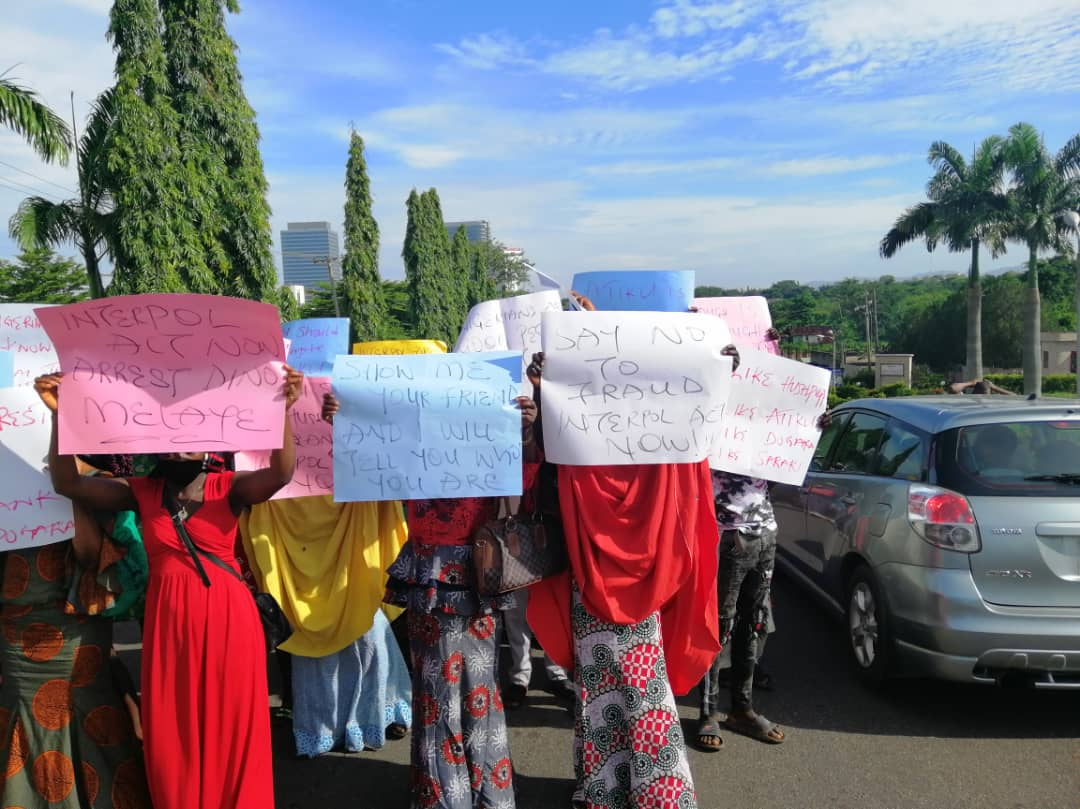 Protesters Storm US Embassy, Demands Probe Of Atiku, Melaye, PDP Chieftains Linked With Hushpuppi 1