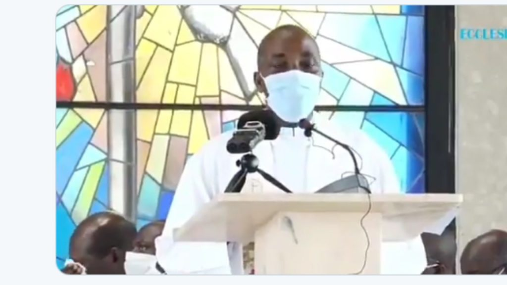Catholic Priest Slumps And Dies While Preaching On The Alter During Sunday Mass [Video] 1