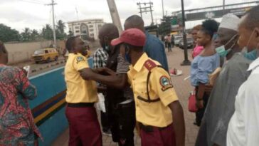 Two LASTMA Officers Caught On Camera Fighting Passengers Over N100 Bribe In Lagos 12