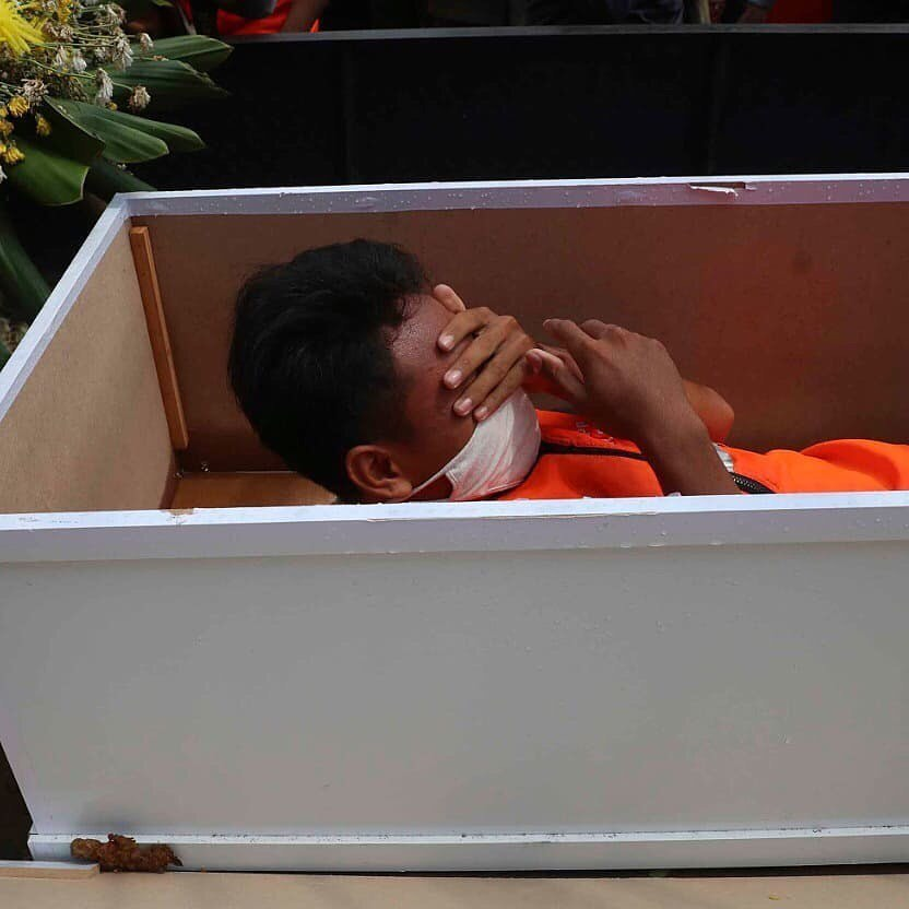 Caught not wearing a face mask in Jakarta? You'll be put in a coffin as punishment - PHOTOS 1