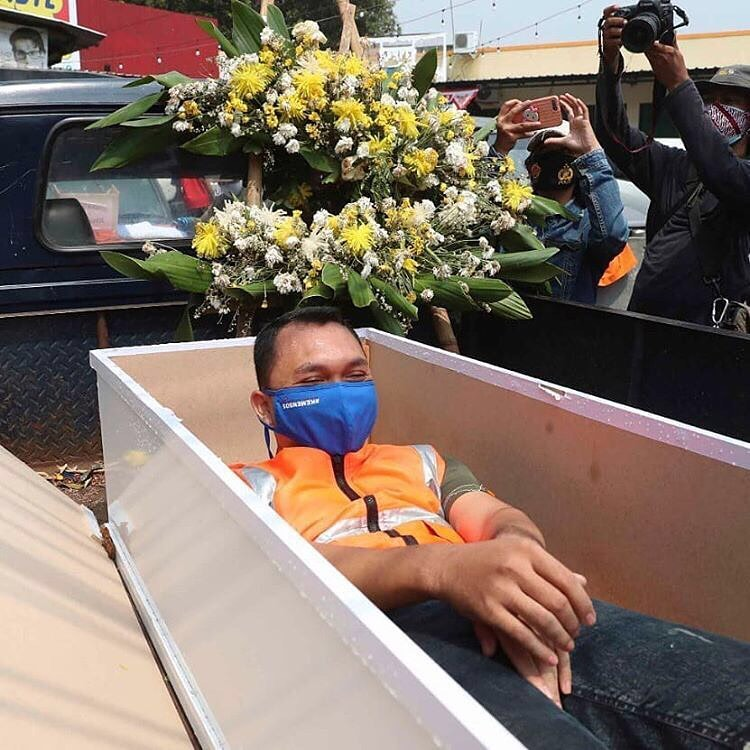 Caught not wearing a face mask in Jakarta? You'll be put in a coffin as punishment - PHOTOS 4
