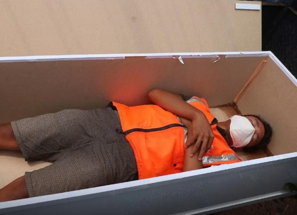 Caught not wearing a face mask in Jakarta? You'll be put in a coffin as punishment - PHOTOS 3