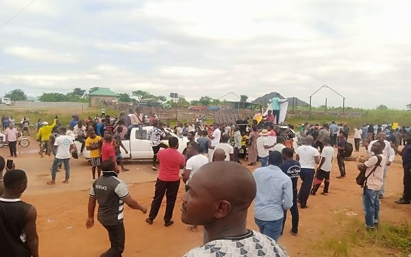 Police Beating And Harassing Peaceful #EndSARS Protesters In Nyanya, Abuja [Video] 1