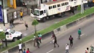 Lagos Thugs Attacks RSS Police After Hijacking #EndSARS Protest At Herbert Macaulay Way, Yaba [Video] 11