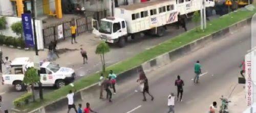 Lagos Thugs Attacks RSS Police After Hijacking #EndSARS Protest At Herbert Macaulay Way, Yaba [Video] 1