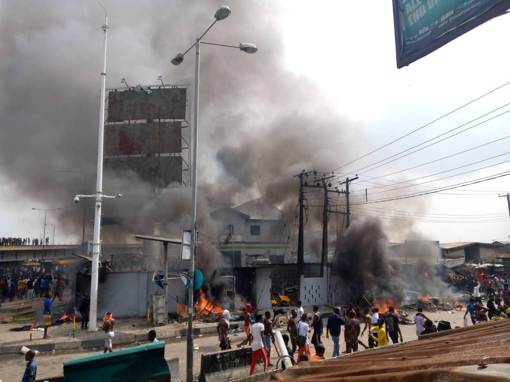 LAGOS: Orile Police Station Set Ablaze After Officer Allegedly Shot Two Hoodlums [Video] 1