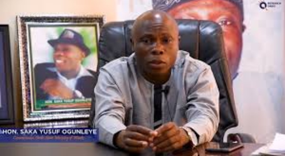 Angry Youths Beats Up Ondo Commissioner, Saka Ogunleye During APC Meeting 1