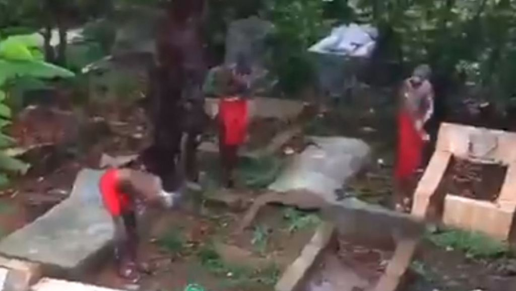Suspected Yahoo Boys Caugh Bathing In A Grave Yard And Speaking With The Dead [Video] 1