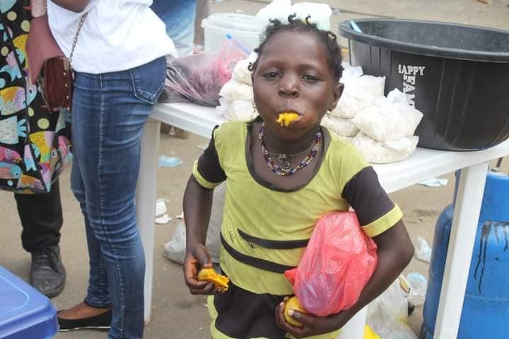Adamazi Foundation: Blogger Adamazi Mbonu feeds the street to celebrate birthday - PHOTOS 27