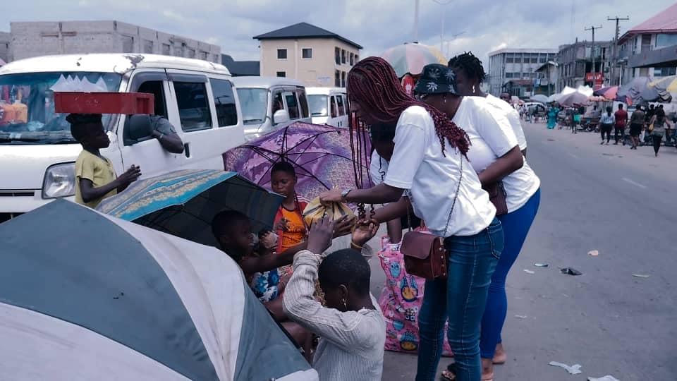 Adamazi Foundation: Blogger Adamazi Mbonu feeds the street to celebrate birthday - PHOTOS 24