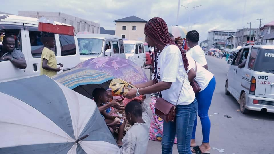 Adamazi Foundation: Blogger Adamazi Mbonu feeds the street to celebrate birthday - PHOTOS 21