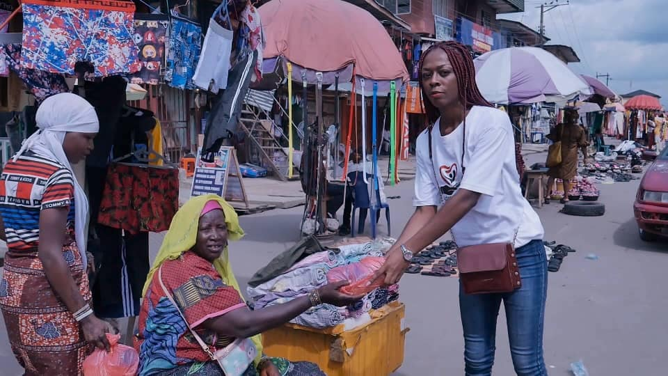 Adamazi Foundation: Blogger Adamazi Mbonu feeds the street to celebrate birthday - PHOTOS 2