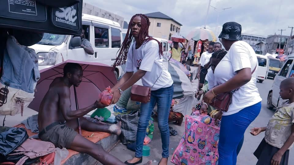 Adamazi Foundation: Blogger Adamazi Mbonu feeds the street to celebrate birthday - PHOTOS 9