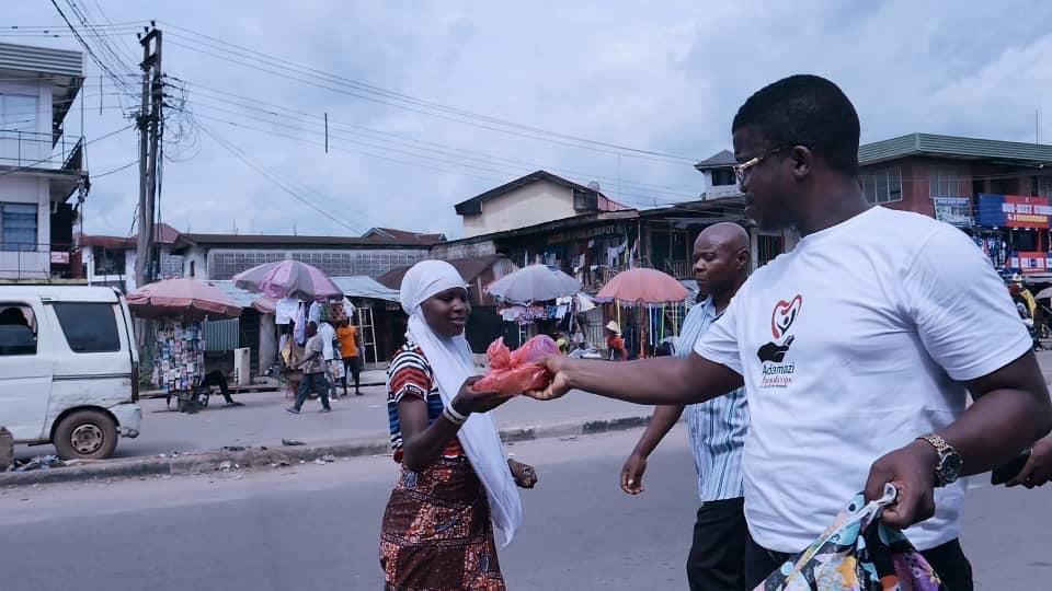 Adamazi Foundation: Blogger Adamazi Mbonu feeds the street to celebrate birthday - PHOTOS 4
