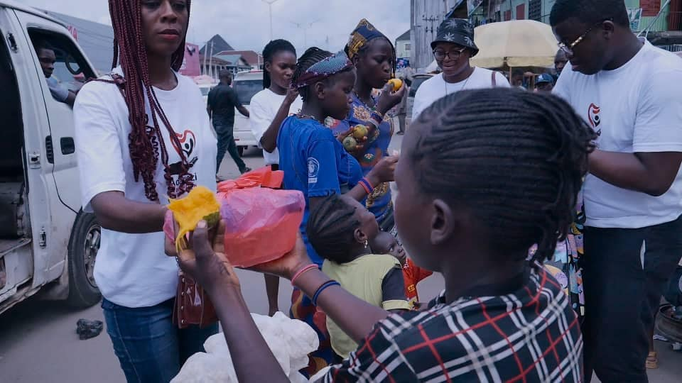 Adamazi Foundation: Blogger Adamazi Mbonu feeds the street to celebrate birthday - PHOTOS 6