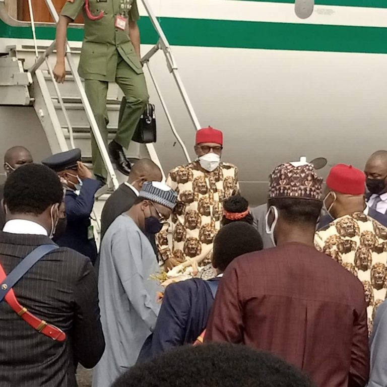 Buhari Arrives Imo In Full Igbo Attire, Residents Troop Out To Welcome Him [Photos] 3