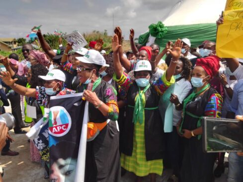 Buhari Arrives Imo In Full Igbo Attire, Residents Troop Out To Welcome Him [Photos] 7