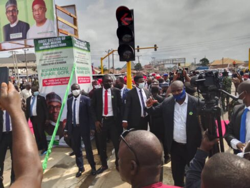 Buhari Arrives Imo In Full Igbo Attire, Residents Troop Out To Welcome Him [Photos] 8