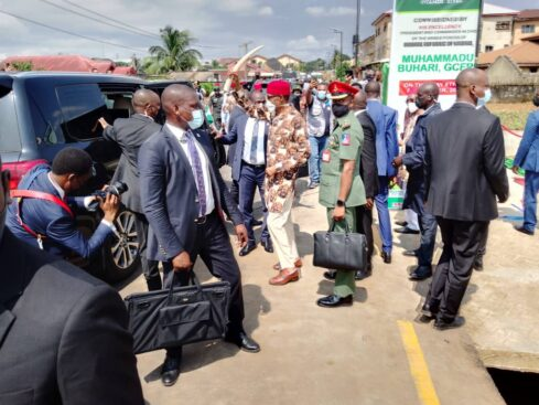 Buhari Arrives Imo In Full Igbo Attire, Residents Troop Out To Welcome Him [Photos] 6
