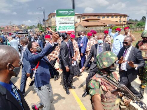 Buhari Arrives Imo In Full Igbo Attire, Residents Troop Out To Welcome Him [Photos] 9