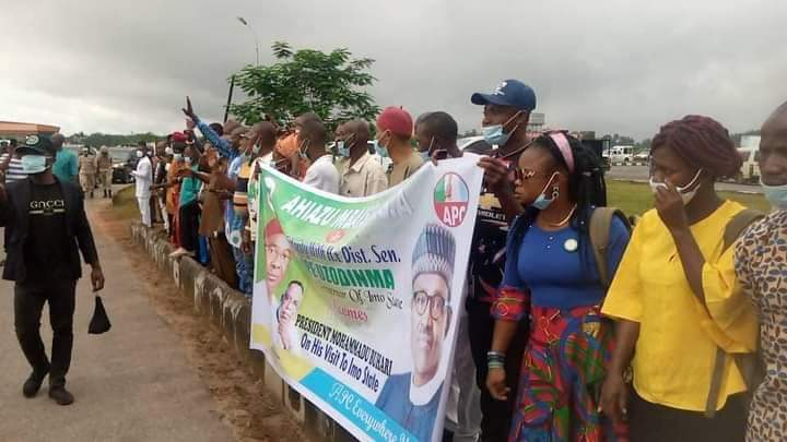Buhari Arrives Imo In Full Igbo Attire, Residents Troop Out To Welcome Him [Photos] 10
