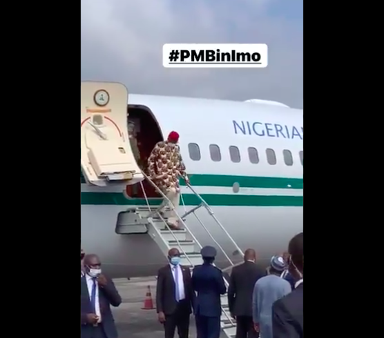 Buhari Arrives Imo In Full Igbo Attire, Residents Troop Out To Welcome Him [Photos] 1