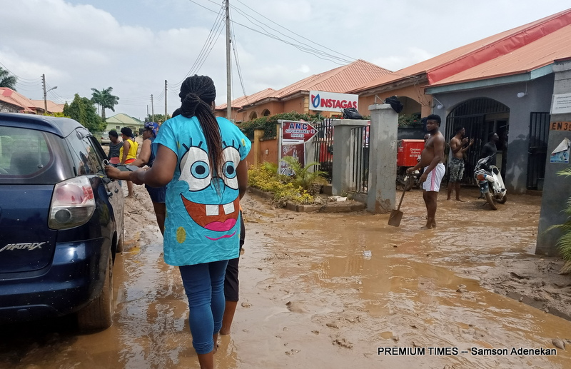 Four Dead, Others Missing As Flood Sweep 26 Vehicles, 166 Houses In Abuja [Photos] 11