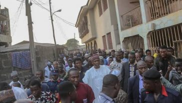 PDP Supporters Holds Saraki Hostage, Demands Election Money From Him 5
