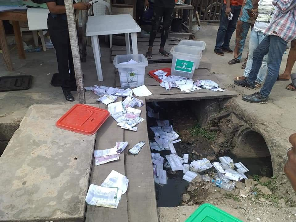 APC Thugs disrupt voting in Isolo / Ago Palace Way - PHOTONEWS 1