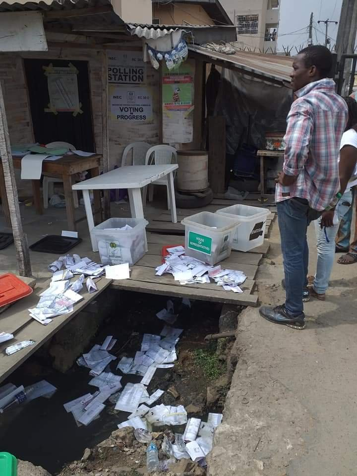 APC Thugs disrupt voting in Isolo / Ago Palace Way - PHOTONEWS 5