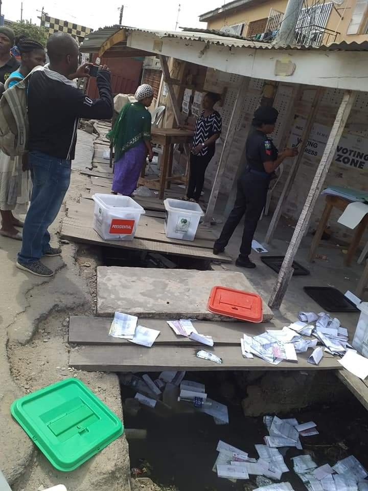 APC Thugs disrupt voting in Isolo / Ago Palace Way - PHOTONEWS 2