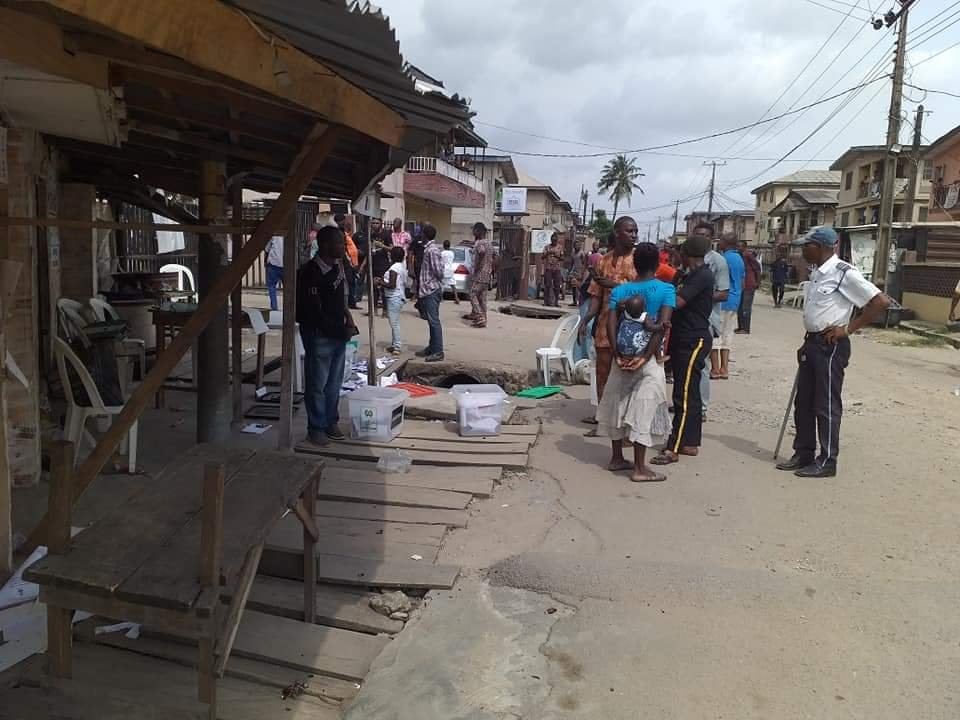 APC Thugs disrupt voting in Isolo / Ago Palace Way - PHOTONEWS 4