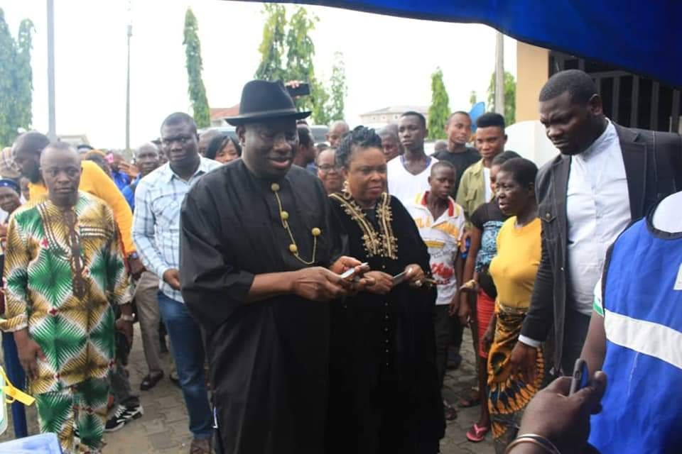 PHOTONEWS: Goodluck Jonathan and wife votes in Bayelsa State. 2