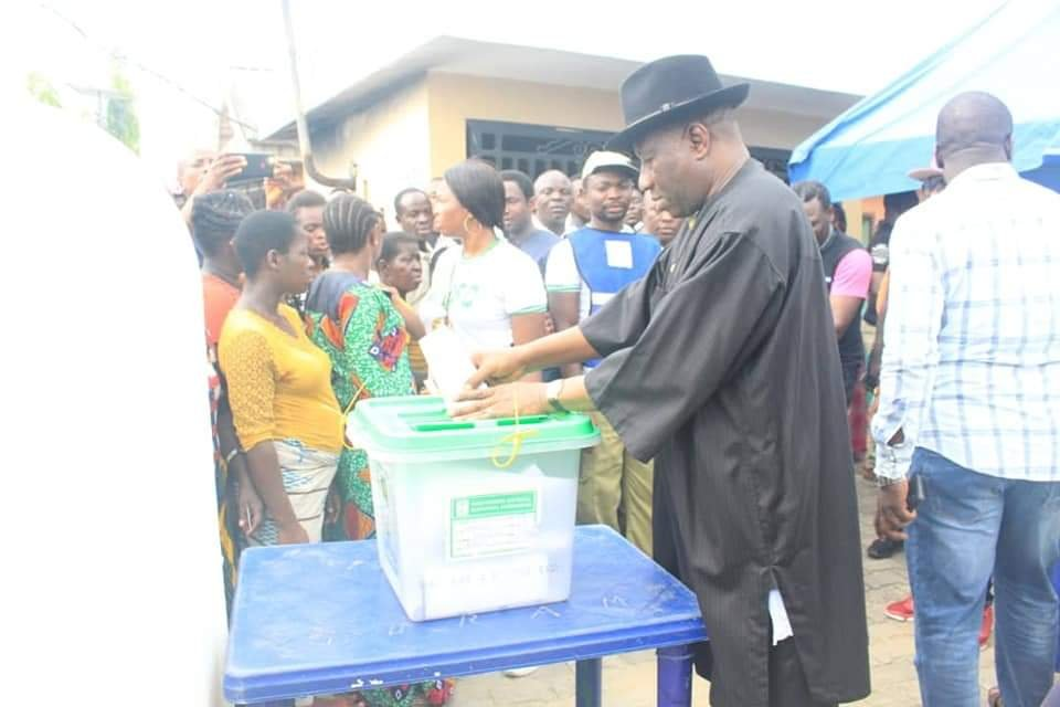 PHOTONEWS: Goodluck Jonathan and wife votes in Bayelsa State. 3