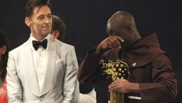Teacher Who Donates 80% of His Salary To Poor Cries As He Receives $1 Million Prize [Photos] 3