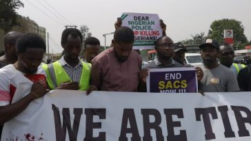 Nigerians Take #ENDSARS Protest To Police Headquaters Abuja, Lagos And Ibadan [Photos] 4